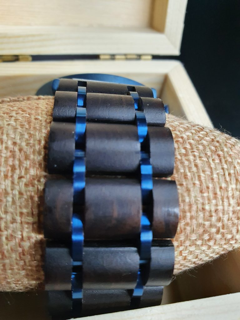 Armband aus Holz und Metall